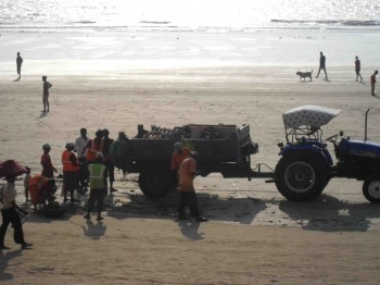india,trash,collecting,beach,juhu